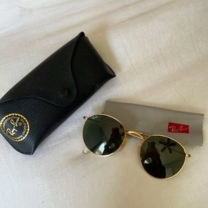 RAY-BAN ROUND METAL LENS IN GREEN + GOLD